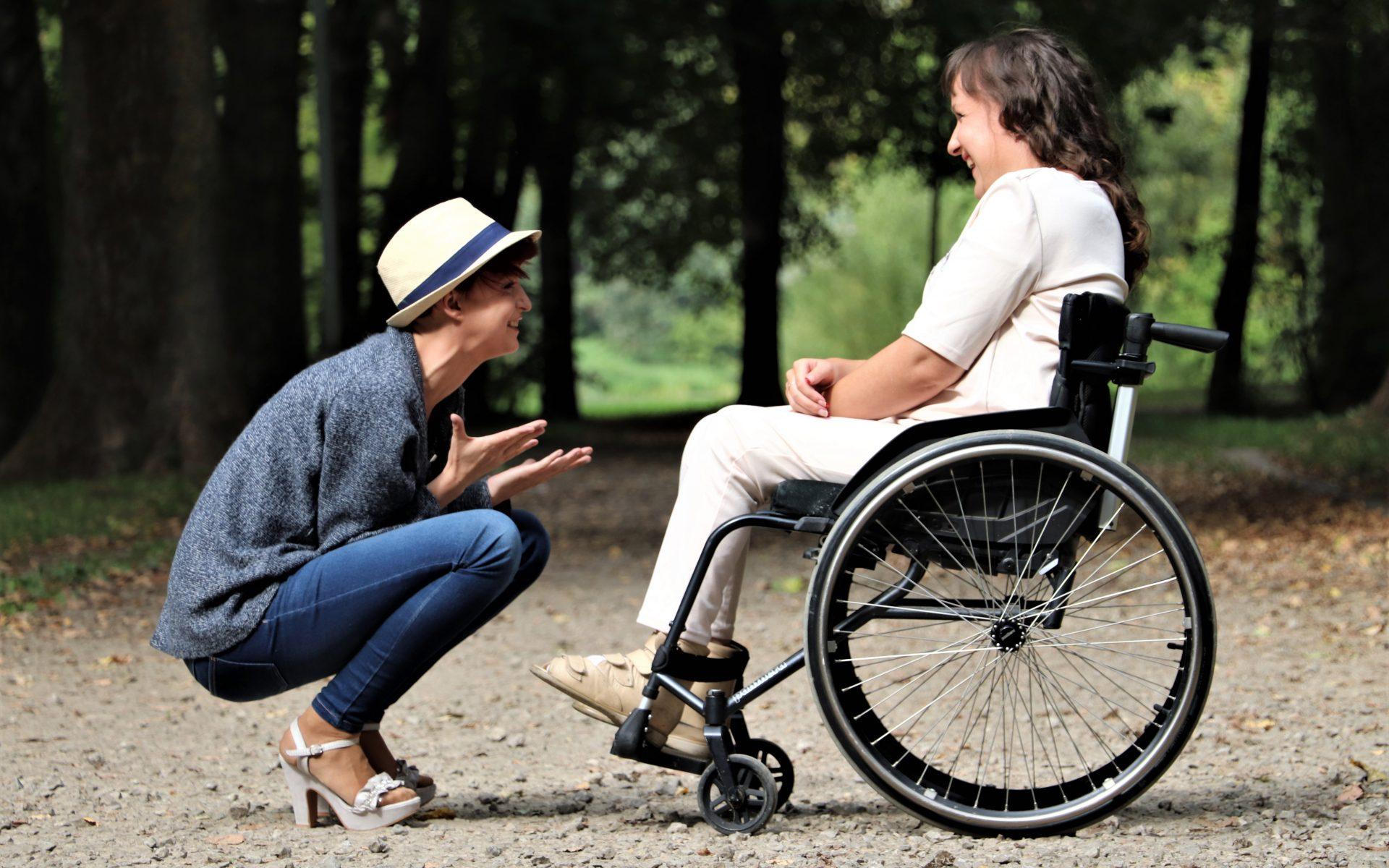 handicap chaise roulante sourire