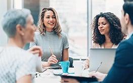 Groupe de personnes en réunion en entreprise