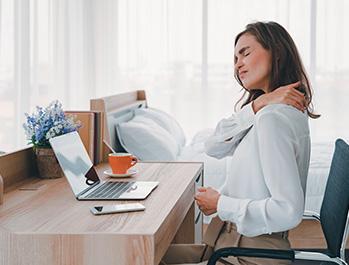 Visuel femme ayant mal au cou